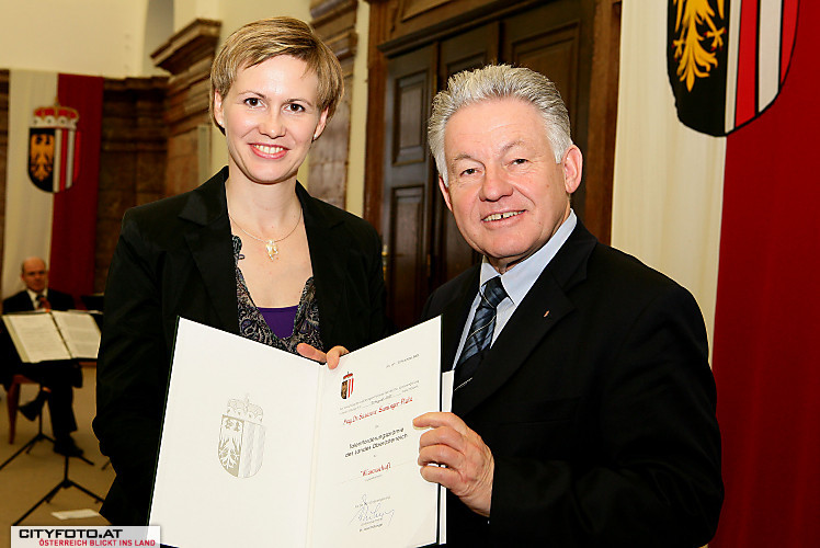 The Governor of Upper Austria, Dr. Josef Pühringer, congratulates Dr. Susanne Saminger-Platz.